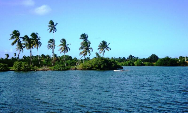 Vista da Lagoa Mundaú próximo à praia do Pontal da Barra em Maceió