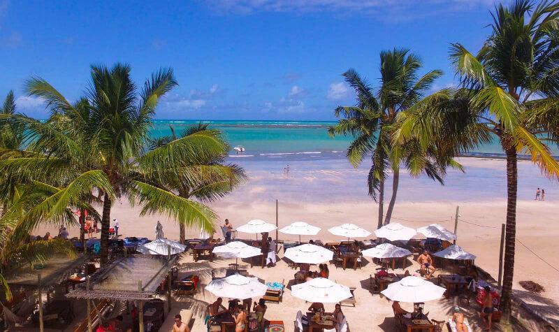 Espaço do Hibiscus Beach Club em Maceió na areia da praia de Ipioca