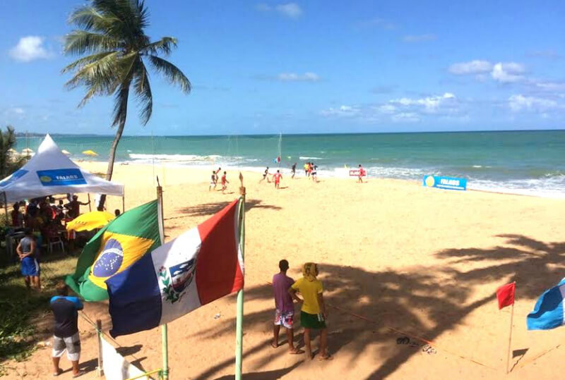 Futebol na praia do Pontal da Barra em Maceió