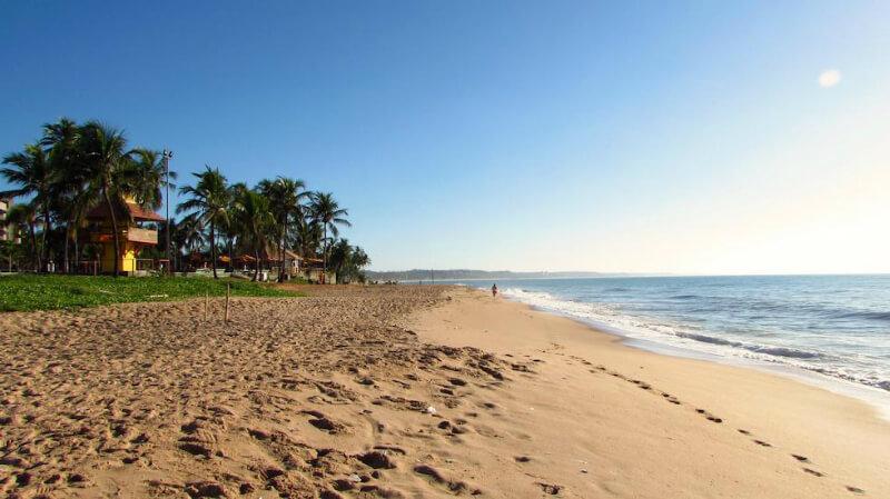 Extensa faixa de areia da Praia de Jatiúca em Maceió