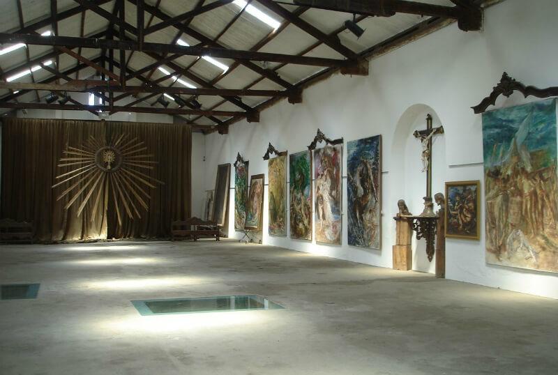 Obras de arte no sótão do Museu Pierre Chalita em Maceió