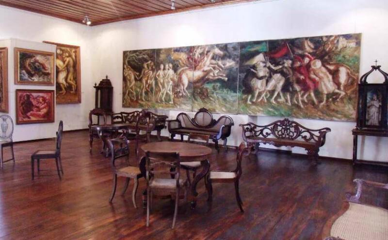 Obras de arte e móveis antigos no Museu Pierre Chalita em Maceió