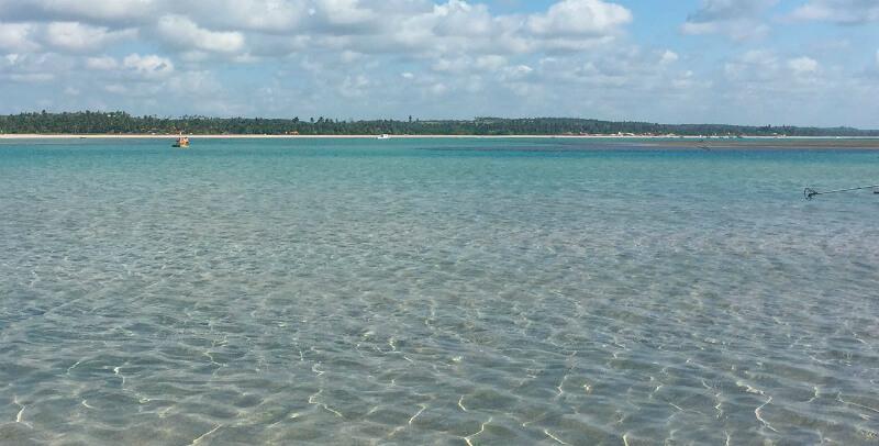 Mar cristalino da praia de São Miguel dos Milagres em Maceió