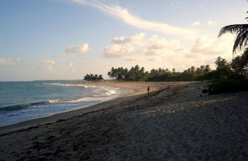 Extensa faixa de areia da praia de Garça Torta em Maceió