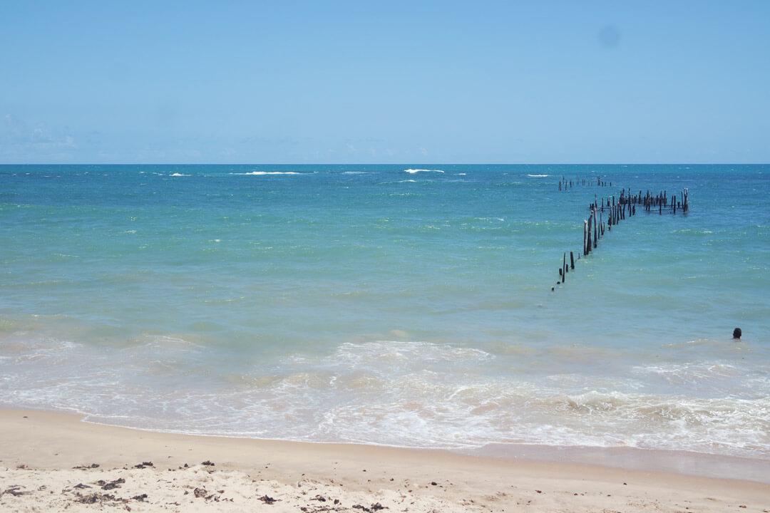 Mar tranquilo da praia de Garça Torta em Maceió