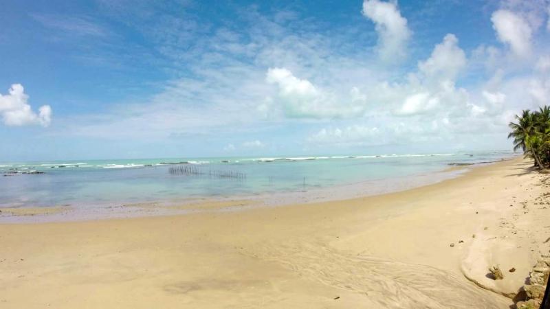 Extensa faixa de areia da praia de Riacho Doce em Maceió