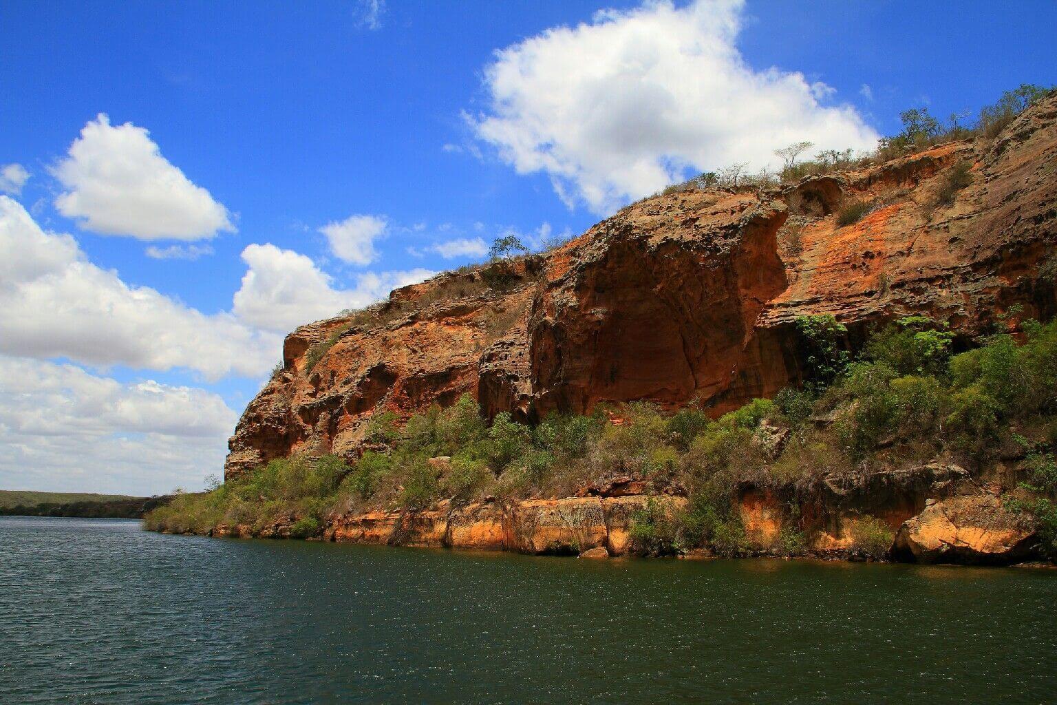 Rochas de granito avermelhado e cinza dos Cânions do Rio São Francisco em Maceió