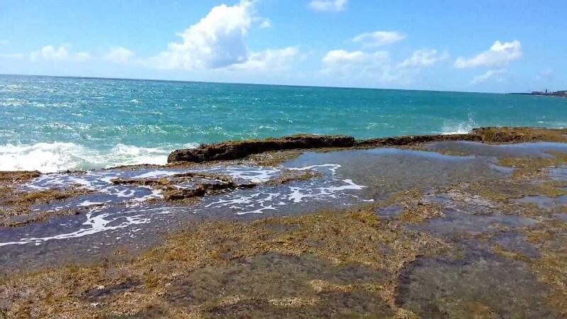 Mar na praia dos Artistas em Natal